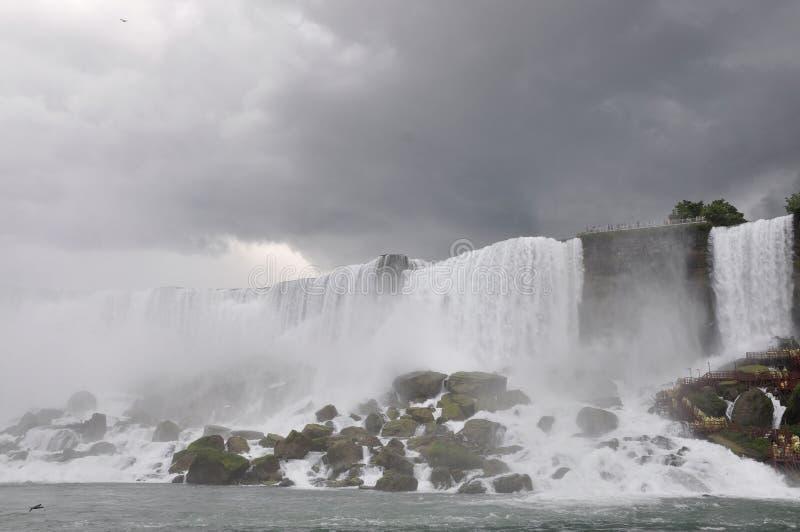 Paisaje de Niagara Falls con un cielo dramático fotografía de archivo