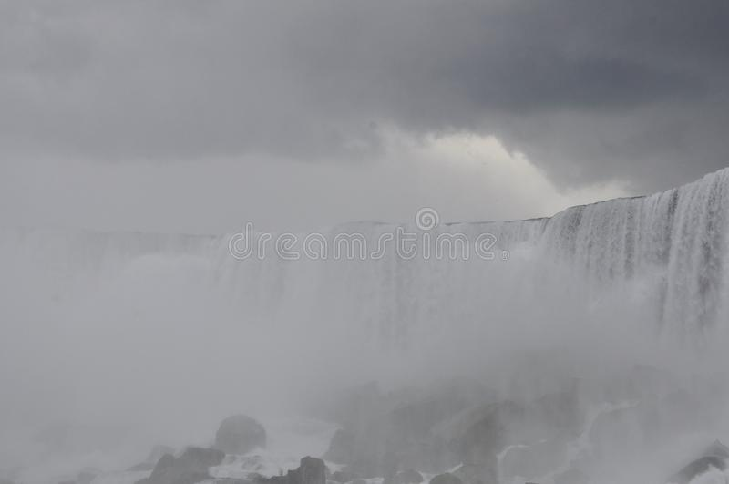 Paisaje de Niagara Falls con un cielo dramático foto de archivo libre de regalías