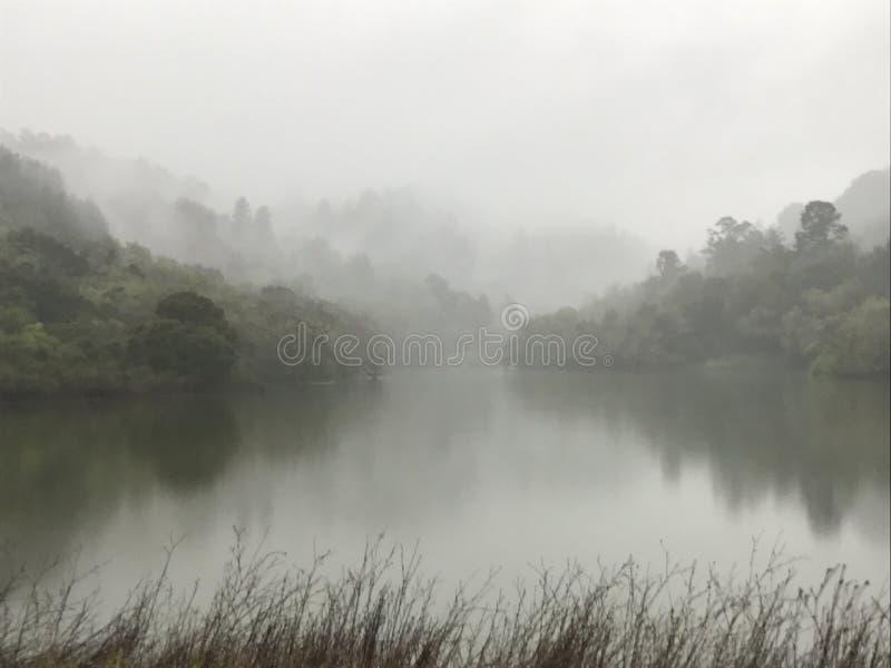 paisaje de niebla imagen de archivo