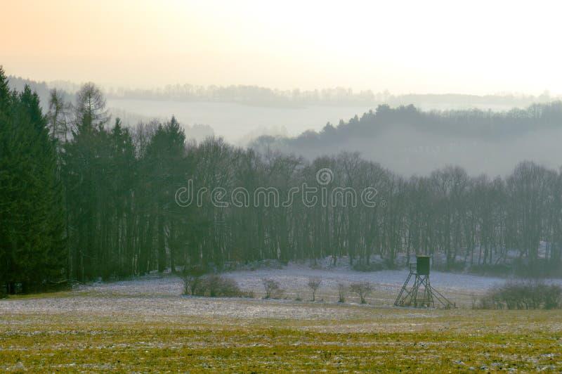Paisaje de niebla de la mañana del otoño imagenes de archivo