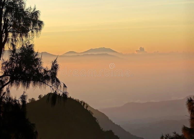 Paisaje de niebla de la mañana misteriosa en la isla de Java fotografía de archivo