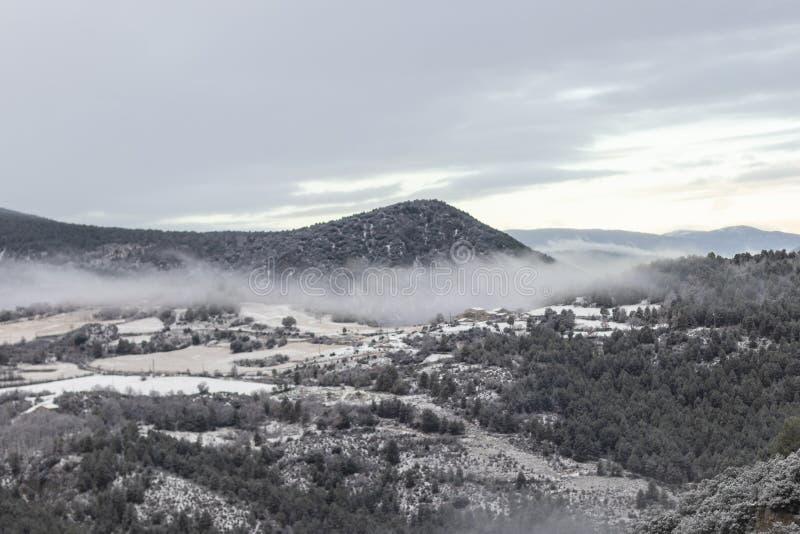 Paisaje de niebla y nublado en las montañas de los Pirineos, Cataluña fotos de archivo