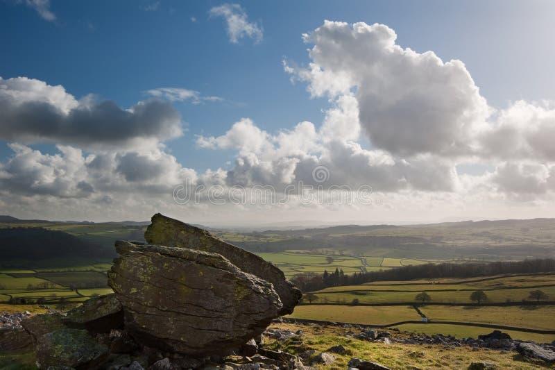 Paisaje de Norber Erratics en parque nacional de los valles de Yorkshire imágenes de archivo libres de regalías