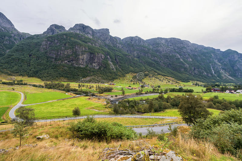 Paisaje de Noruega con la montaña y las granjas foto de archivo