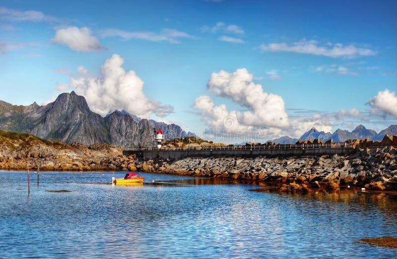 Paisaje de Noruega, islas nórdicas rugosas de Lofoten de la costa costa fotos de archivo libres de regalías