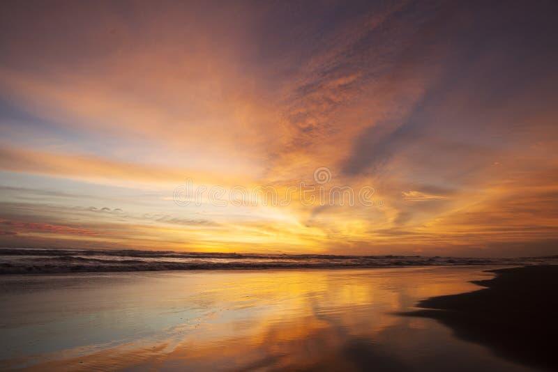 Paisaje de oro de la puesta del sol en la playa fotografía de archivo libre de regalías