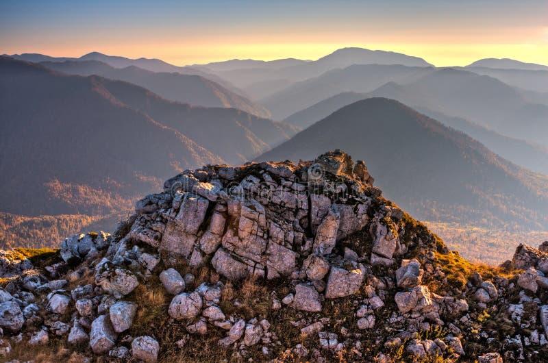 Paisaje de oro escénico hermoso de HDR del otoño de la roca de la montaña en la puesta del sol Fondo de piedra de la naturaleza,  imagen de archivo