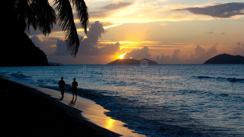 Paisaje de oro de la puesta del sol de las Islas Vírgenes del ` de la hora del ` fotografía de archivo