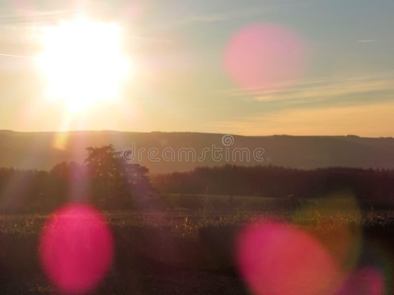 Paisaje de Provancal en la puesta del sol con las llamaradas de la lente, Provence, Francia meridional imágenes de archivo libres de regalías