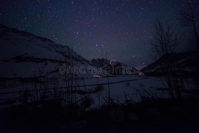 Paisaje de Spiti en la noche - spiti del invierno en Himalaya fotografía de archivo