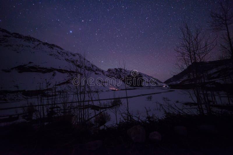 Paisaje de Spiti en la noche - spiti del invierno en Himalaya fotos de archivo libres de regalías