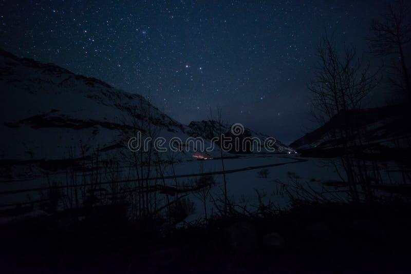 Paisaje de Spiti en la noche - spiti del invierno en Himalaya foto de archivo libre de regalías