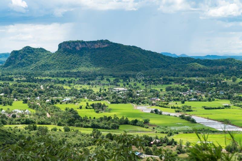 Paisaje de Tailandia de la ciudad y de la montaña rurales debajo del nublado fotografía de archivo