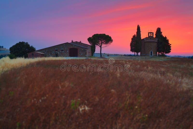 Paisaje de Toscana con la pequeña capilla de Madonna di Vitaleta, San Quirico d 'Orcia, Val D 'Orcia, Toscana, Italia foto de archivo
