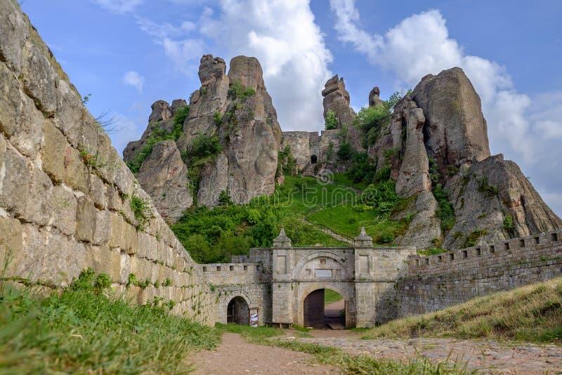 Paisaje de una fortaleza de la roca contra un cielo nublado 5 fotos de archivo libres de regalías