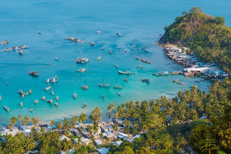 Paisaje de Vietnam: Vista aérea de los barcos de pesca en el muelle de Ben Ngu de Nam Du Islands imagen de archivo libre de regalías