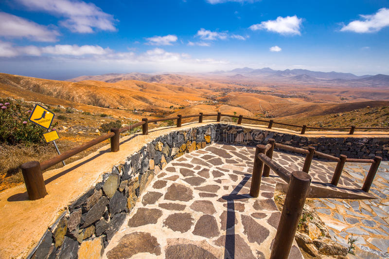 Paisaje de Vulcanic de la isla de Fuerteventura del punto de opinión de Morro Velosa cerca del pueblo de Betancuria fotografía de archivo