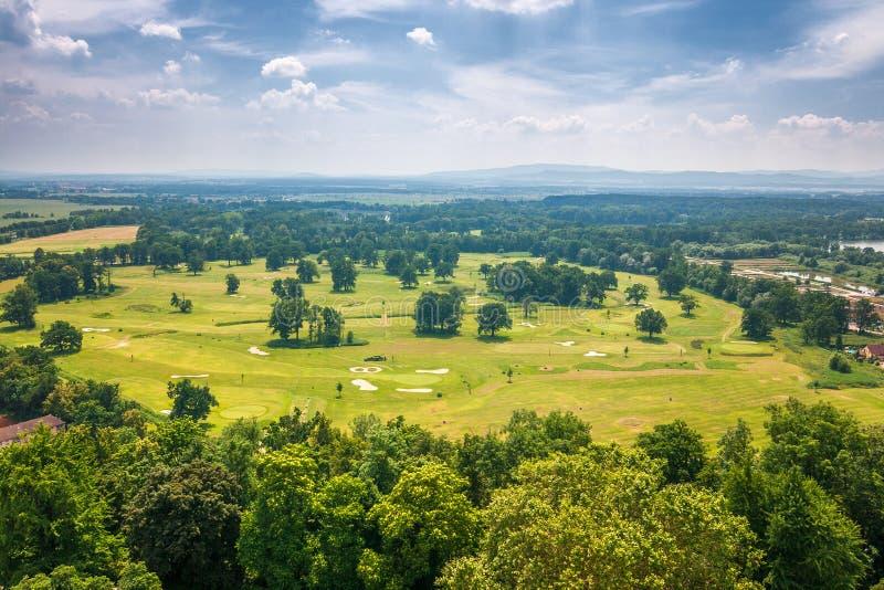 Paisaje debajo del castillo francés Hluboka con un parque del golf fotos de archivo