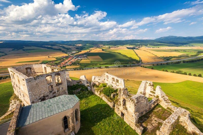 Paisaje debajo del castillo medieval Spis fotos de archivo