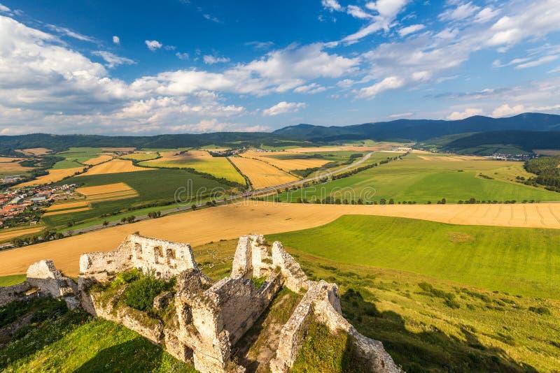 Paisaje debajo del castillo medieval Spis imágenes de archivo libres de regalías