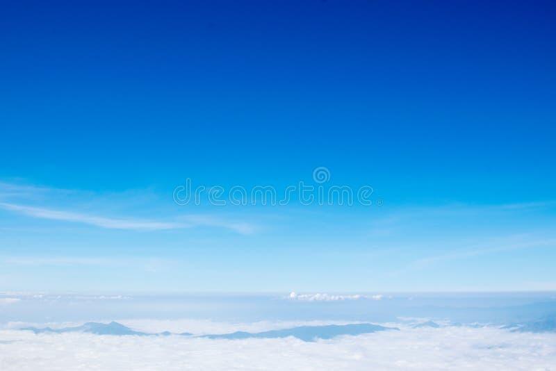 Paisaje del bosque de la montaña debajo del cielo de la tarde con las nubes en sunli imagen de archivo libre de regalías