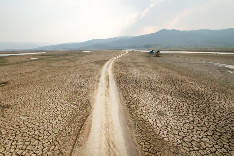 Paisaje del cambio de clima de la tierra seca y del concepto de la sequía fotos de archivo