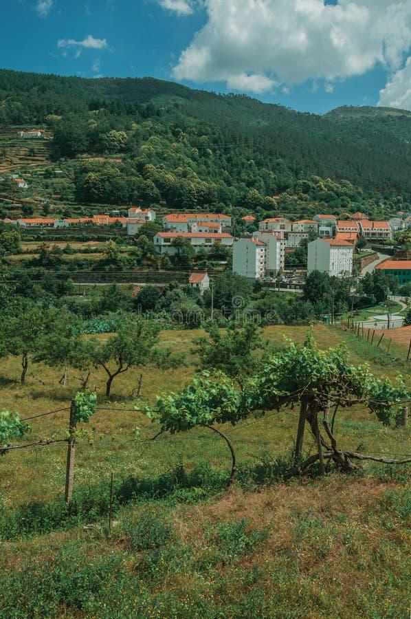 Paisaje del campo con las casas blancas al lado de la colina imagenes de archivo