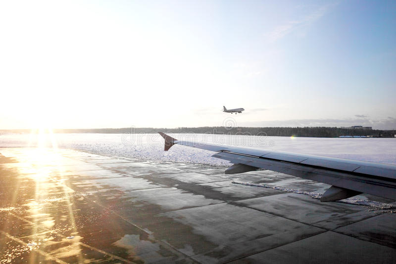Paisaje del campo de aviación en aeropuerto imagenes de archivo
