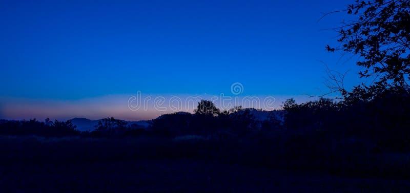 Paisaje del campo de Twillight de la estrella y de la luna fotografía de archivo libre de regalías