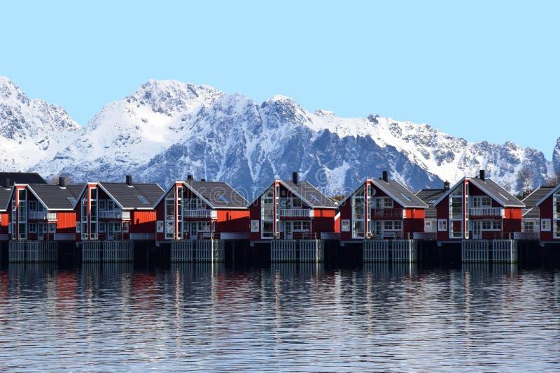 Paisaje del casas rojas de madera imagenes de archivo