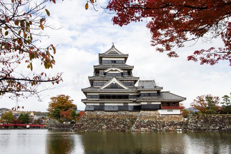Paisaje del castillo japonés en otoño foto de archivo