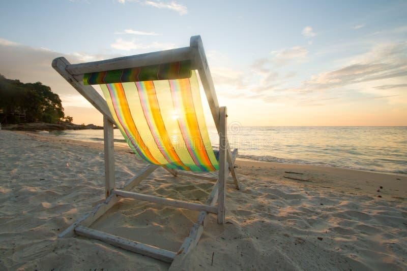 Paisaje del cielo de la puesta del sol de la silla de playa fotografía de archivo