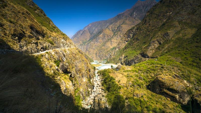 Paisaje del circuito del annapurna del distrito del manang en el camino imagenes de archivo
