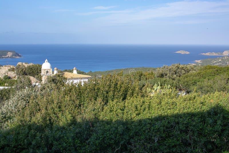 Paisaje del paisaje con la cúpula del edificio a Porto Cervo imágenes de archivo libres de regalías