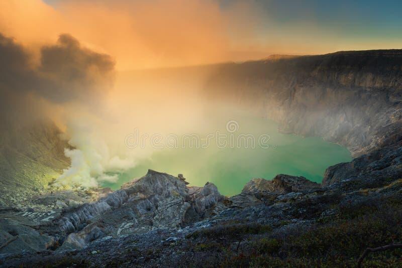 Paisaje del cráter Indonesia de Kawah Ijen en la salida del sol , Escena hermosa del cráter natural del volcán de Ijen, el viajar fotografía de archivo libre de regalías