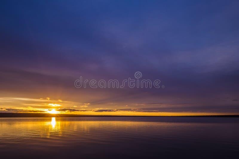Paisaje del día de verano con el río, el bosque y el cielo nublado imagen de archivo