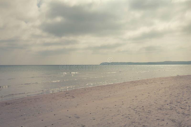 Paisaje del ? del ?? del ?de ?? del ? del ?? del ?de ?? del mar en los rayos del sol que sale de detr?s las nubes fotos de archivo