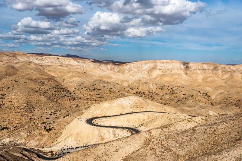 Paisaje del desierto de Israel Cielo nublado azul imagen de archivo libre de regalías