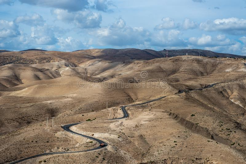 Paisaje del desierto de Israel Cielo nublado azul imágenes de archivo libres de regalías