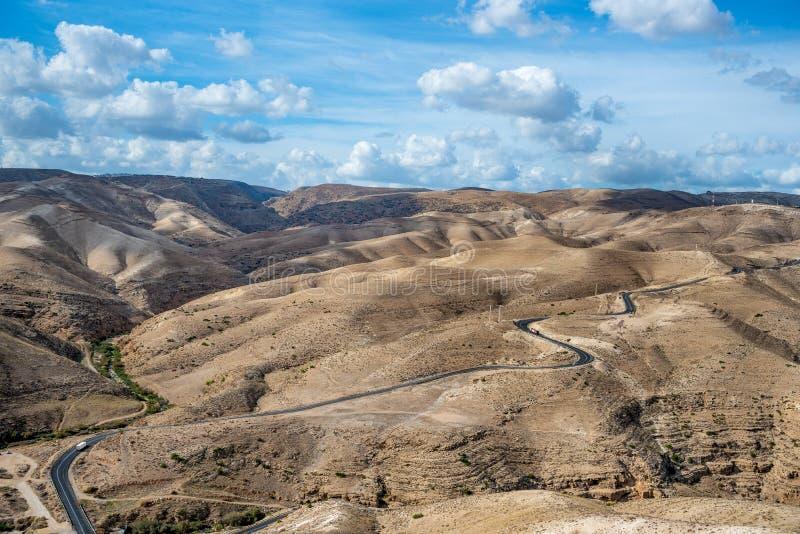 Paisaje del desierto de Israel Cielo nublado azul fotografía de archivo