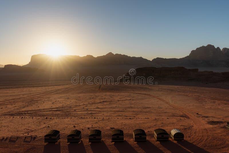 Paisaje del desierto, desierto de Wadi Rum en Jordania en la salida del sol Camping beduino fotografía de archivo