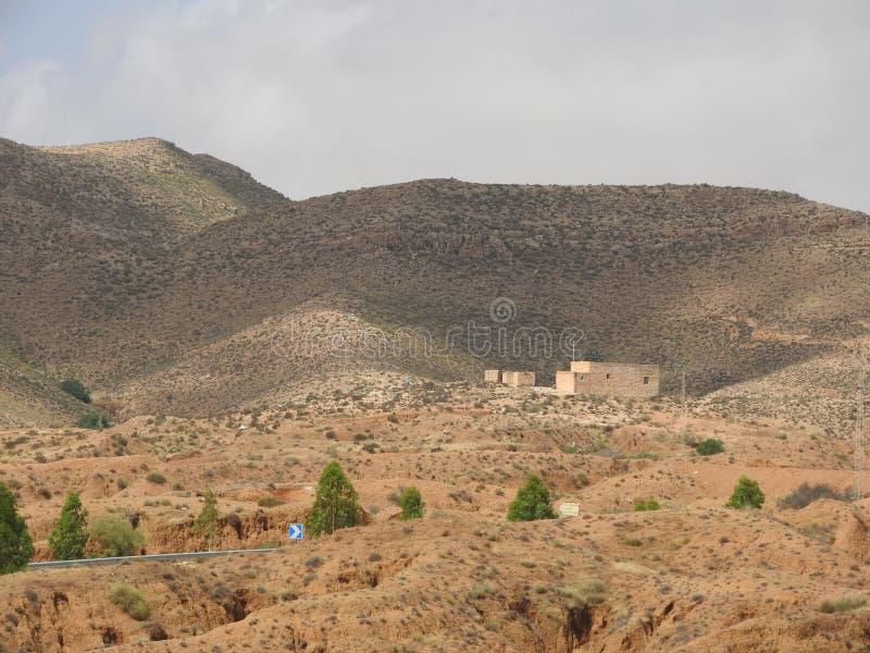 Paisaje del desierto y cielo claro cerca de Matmata en Túnez meridional, África del Norte fotografía de archivo libre de regalías