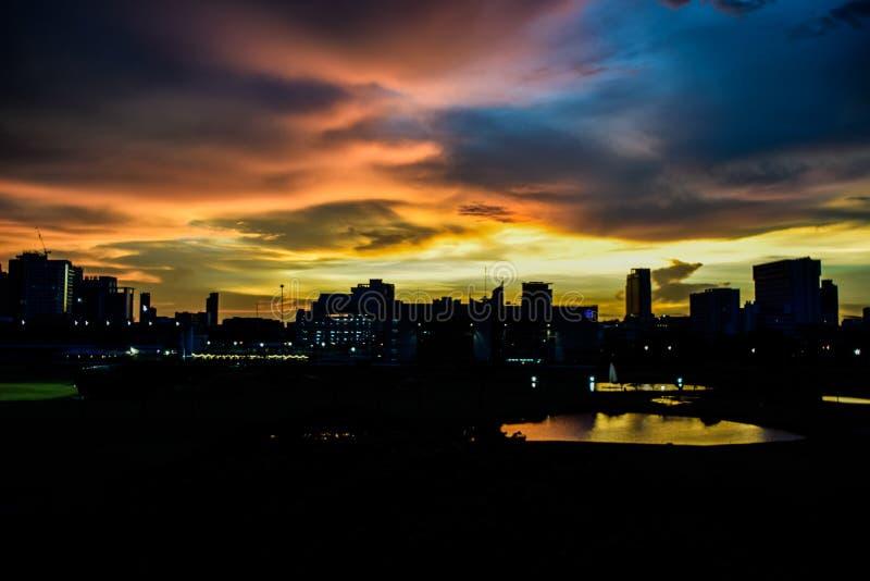 Paisaje del edificio en la puesta del sol, construyendo en la tarde en Bankgok, Tailandia foto de archivo