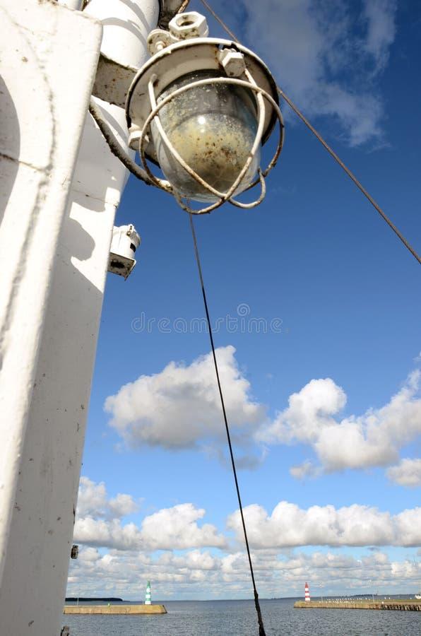 Paisaje del embarcadero de la bahía del mar con la lámpara de la nave foto de archivo libre de regalías