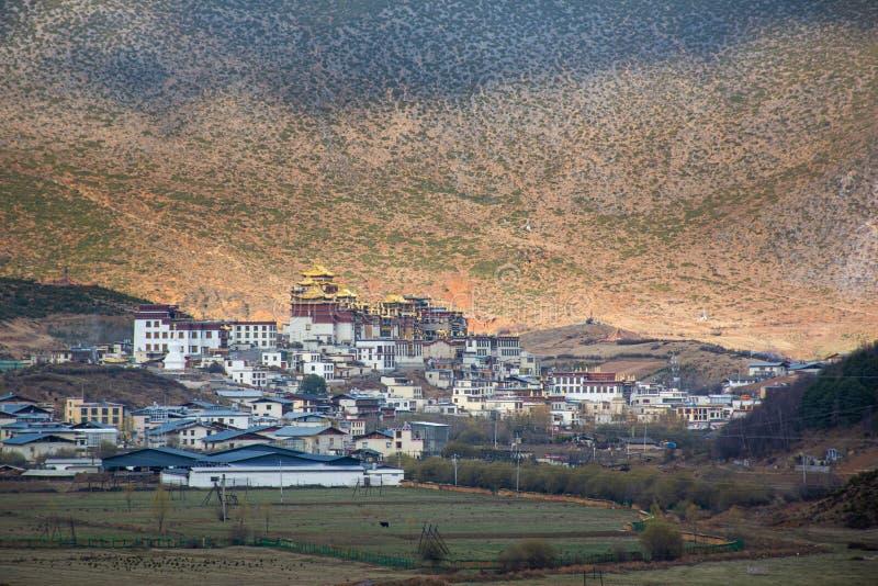 Paisaje del paisaje en el camino entre Lijiang y Shangri-La, provincia de Yunnan China Monta?as de la mucha altitud, peque?o pueb imágenes de archivo libres de regalías
