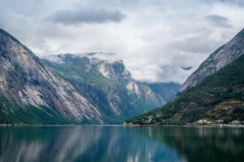 Paisaje del fiordo del cuento de hadas de Noruega con agua del espejo y las montañas escarpadas foto de archivo libre de regalías