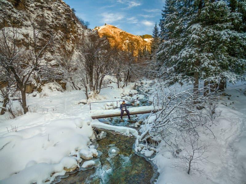 Paisaje del flujo del río de la nieve del bosque del invierno Flujo del río del bosque en escena del bosque de la nieve del invie fotografía de archivo libre de regalías