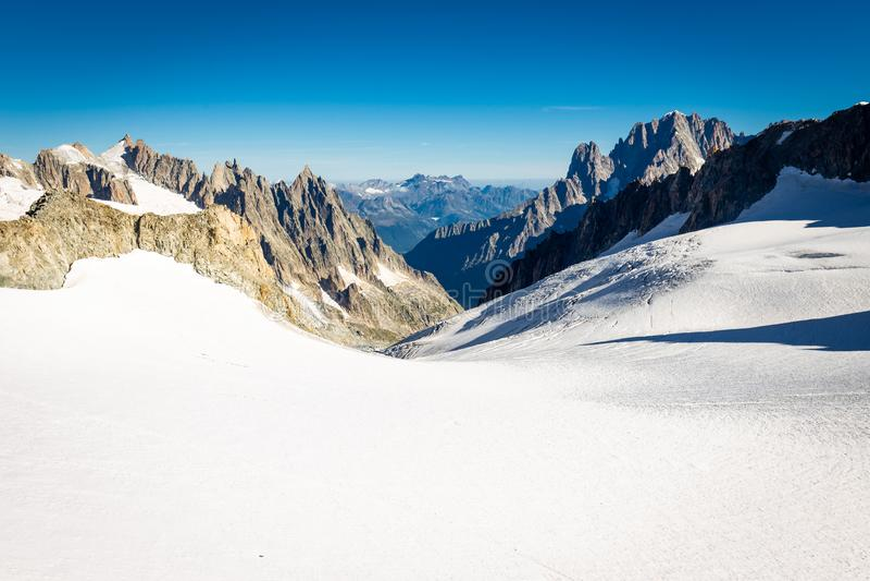 Paisaje del glaciar de las cumbres del canto de las montañas de las montañas, macizo de Mont Blanc imagen de archivo libre de regalías