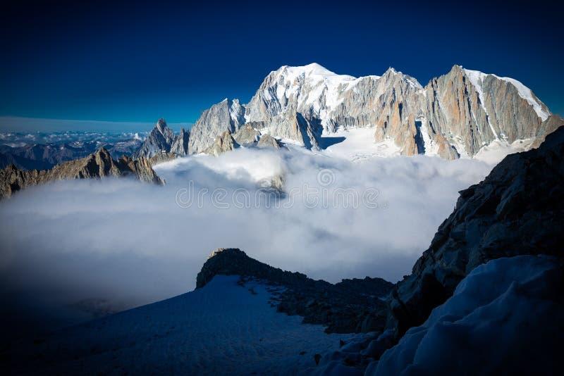 Paisaje del glaciar de las cumbres del canto de las monta?as de las monta?as, macizo de Mont Blanc fotografía de archivo libre de regalías