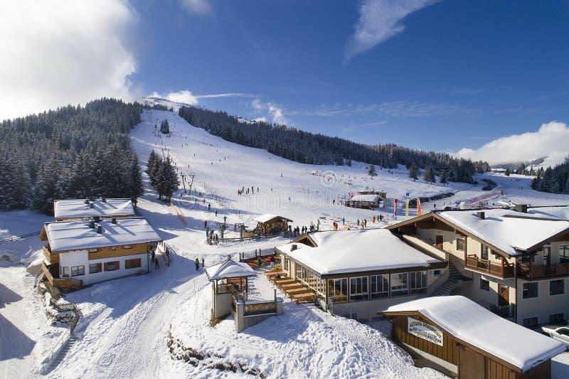 Paisaje del invierno, bosque y pequeño pueblo en montaña foto de archivo libre de regalías
